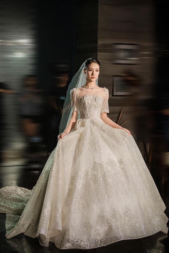 Á hậu Hoàng Anh hóa cô dâu lộng lẫy với váy cưới đính 50.000 viên pha lê Swarovski - ảnh 9