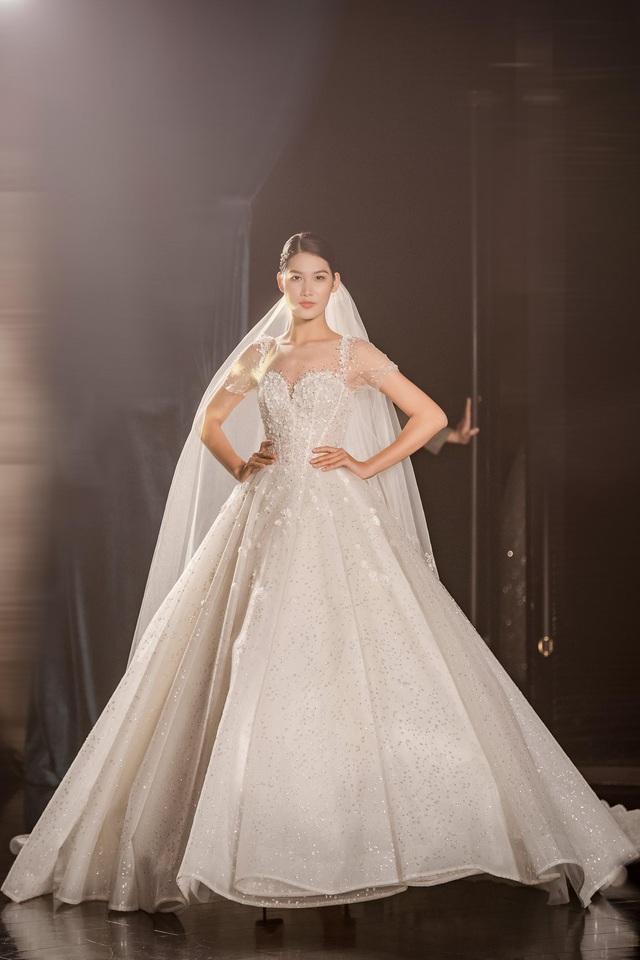 Á hậu Hoàng Anh hóa cô dâu lộng lẫy với váy cưới đính 50.000 viên pha lê Swarovski - ảnh 12