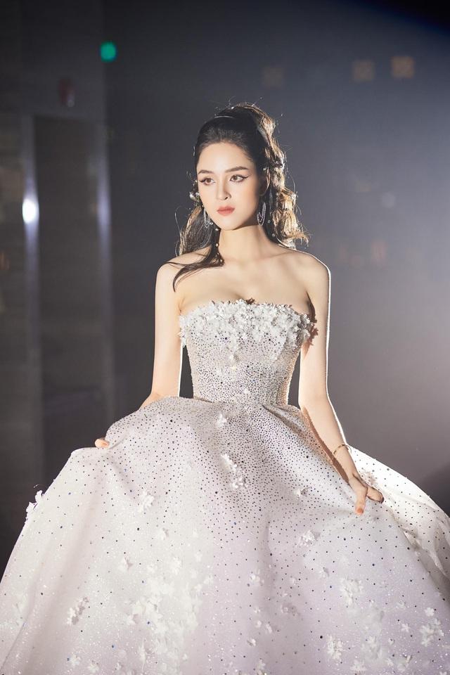 Á hậu Hoàng Anh hóa cô dâu lộng lẫy với váy cưới đính 50.000 viên pha lê Swarovski - ảnh 1