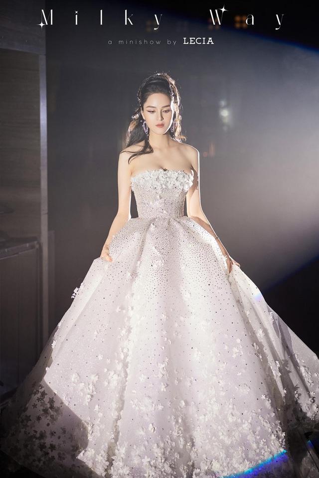 Á hậu Hoàng Anh hóa cô dâu lộng lẫy với váy cưới đính 50.000 viên pha lê Swarovski - ảnh 2