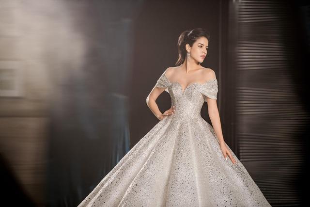 Á hậu Hoàng Anh hóa cô dâu lộng lẫy với váy cưới đính 50.000 viên pha lê Swarovski - ảnh 6