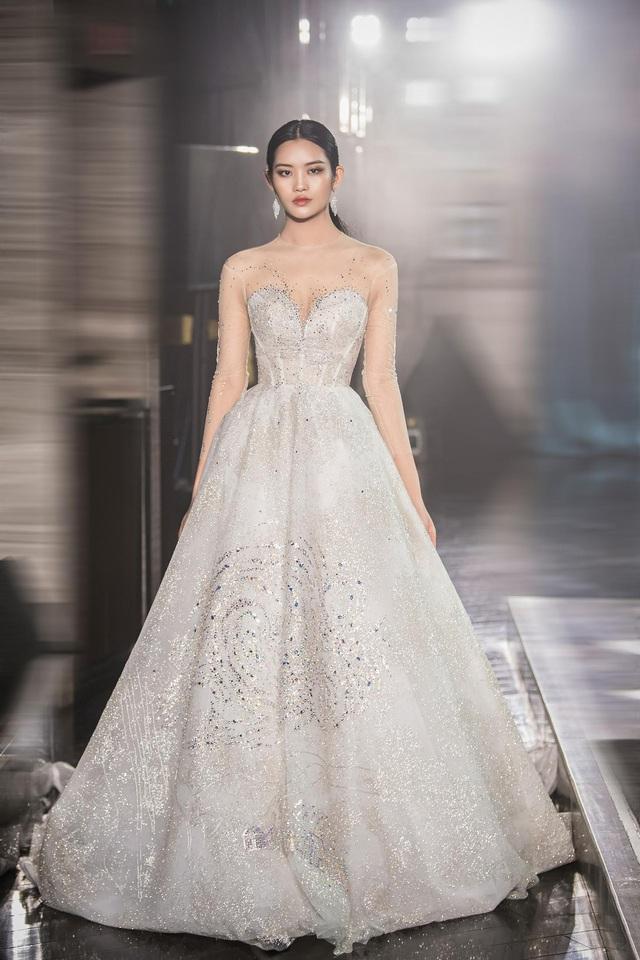 Á hậu Hoàng Anh hóa cô dâu lộng lẫy với váy cưới đính 50.000 viên pha lê Swarovski - ảnh 8