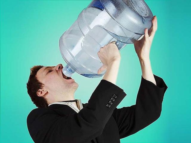 Những thói quen sai lầm khi uống nước gây ảnh hưởng sức khỏe lâu dài, ai cũng từng mắc phải - Ảnh 1.