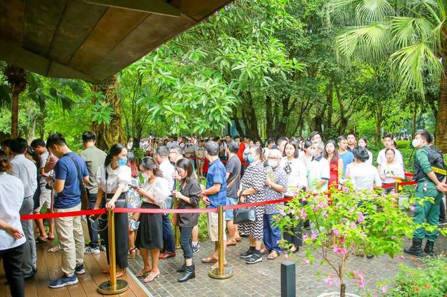 Khách xếp hàng cả cây số để xem nhà mẫu và mua nhà tại Ecopark - Ảnh 2.