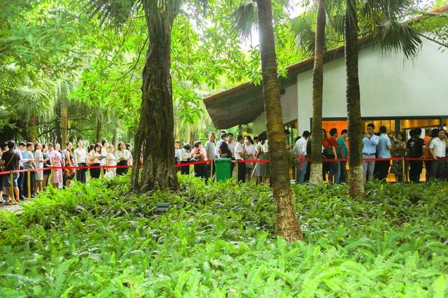 Khách xếp hàng cả cây số để xem nhà mẫu và mua nhà tại Ecopark - Ảnh 6.