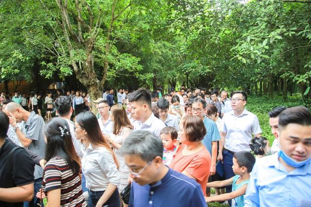 Khách xếp hàng cả cây số để xem nhà mẫu và mua nhà tại Ecopark - Ảnh 7.