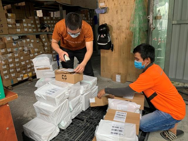 Chùm ảnh: Đóng hàng mỏi tay, đơn ngập nhà và niềm vui của các nhà bán hàng trên TMĐT nhân 11.11 - Ảnh 4.