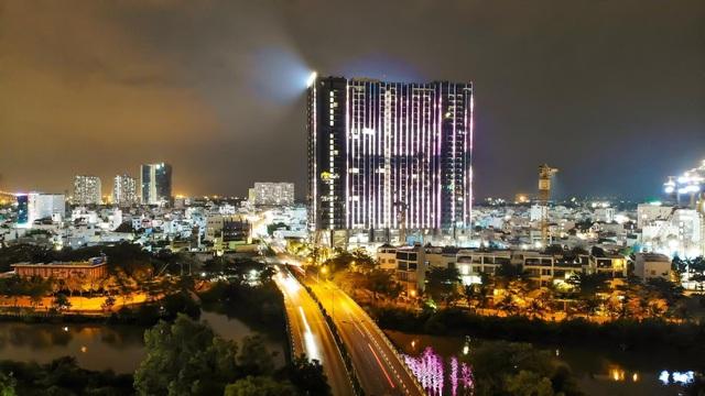 Chi gần 70 tỷ đồng lắp đèn led, tòa tháp sắp bàn giao trở thành dự án nổi bật khu Nam Sài Gòn - Ảnh 1.