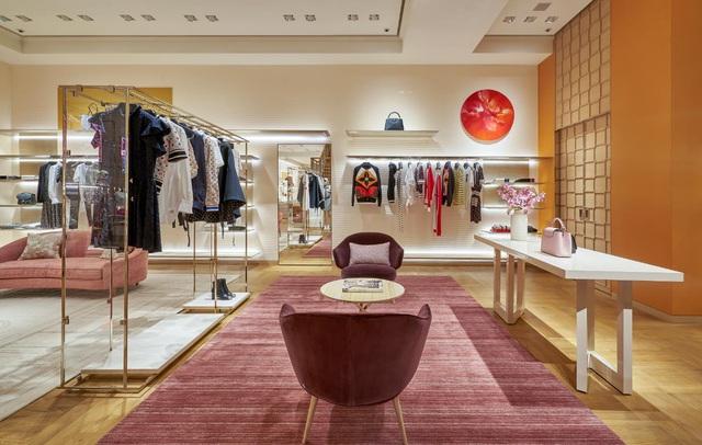 """Louis Vuitton """"thắp sáng"""" Thủ đô Hà Nội với cửa hàng mới: Hoành tráng hơn, lộng lẫy hơn - Ảnh 4."""