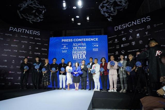 """Trước giờ G hé lộ những thiết kế gợi cảm của NTK Đỗ Long, MR CRAZY & LADY SEXY chắc chắn sẽ """"đốt cháy"""" sàn diễn Aquafina Vietnam International Fashion Week 2020 - ảnh 1"""