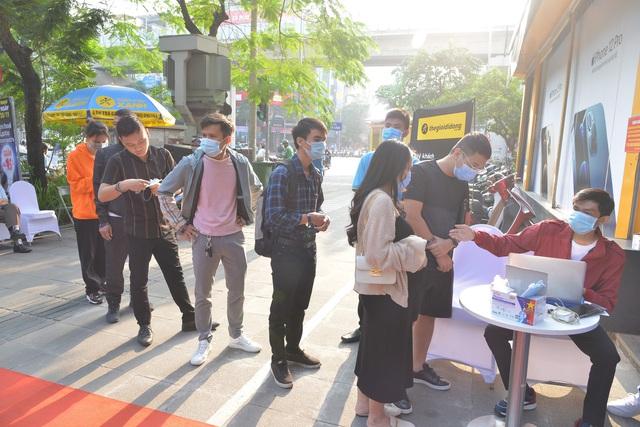 Ngày mở bán iPhone 12 tại Thế Giới Di Động: Đông nghịt khách từ online đến offline - Ảnh 1.