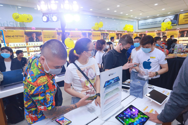 Ngày mở bán iPhone 12 tại Thế Giới Di Động: Đông nghịt khách từ online đến offline - Ảnh 4.