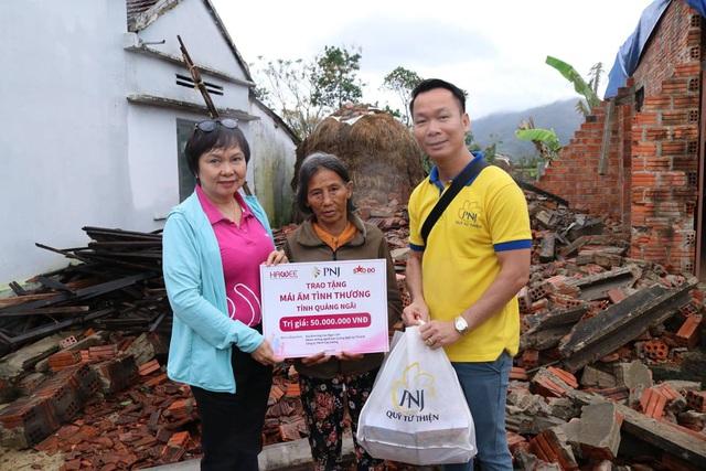 PNJ chung sức hỗ trợ người dân Quảng Ngãi sau cơn bão số 9 - Ảnh 3.