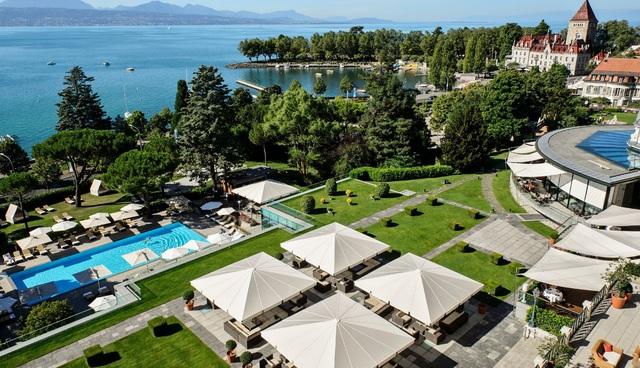 Beau-Rivage Palace nằm dọc hồ Geneva dưới chân núi Alps