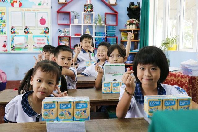 Vinasoy chung tay hỗ trợ hơn 3 tỷ đồng cho học sinh miền Trung sau mùa lũ lịch sử - Ảnh 2.
