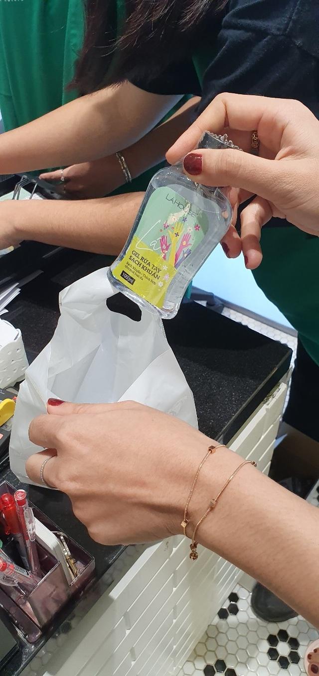 Lá House cung cấp gel rửa tay sạch khuẩn chỉ thu phí 7.000 đồng/chai cho cộng đồng giữa tâm bão Corona - Ảnh 3.