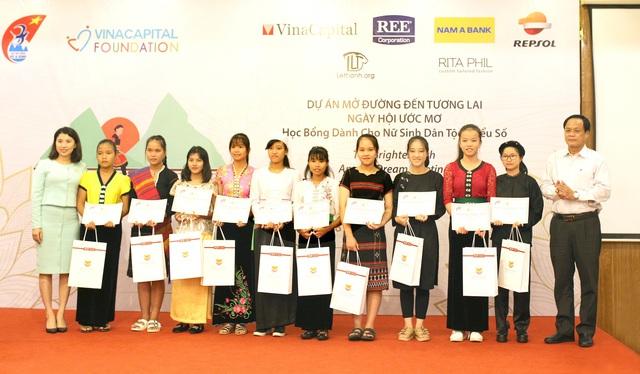 Nam A Bank chung tay bảo vệ biển đảo Việt Nam - Ảnh 1.