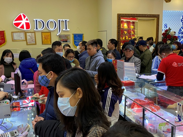 Giao dịch sôi động, DOJI cam kết bán vàng chuẩn giá niêm yết, không cộng công - Ảnh 2.