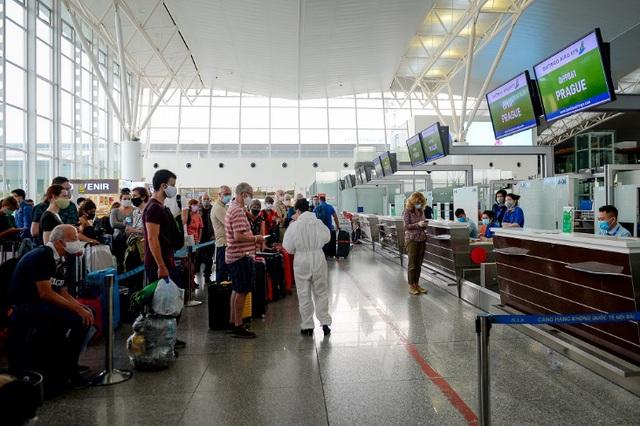 Cận cảnh chuyến bay đặc biệt của Bamboo Airways đưa công dân Séc và châu Âu hồi hương - Ảnh 1.