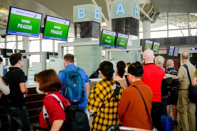 Cận cảnh chuyến bay đặc biệt của Bamboo Airways đưa công dân Séc và châu Âu hồi hương - Ảnh 2.