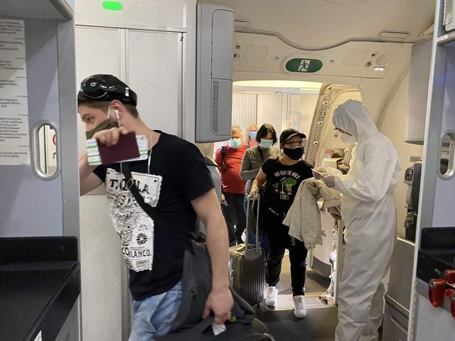 Cận cảnh chuyến bay đặc biệt của Bamboo Airways đưa công dân Séc và châu Âu hồi hương - Ảnh 4.
