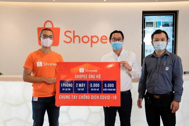 Shopee hỗ trợ 2 máy trợ thở, 1 phòng áp lực âm, 5.000 bộ bảo hộ y tế và 5.000 khẩu trang N95 cho tuyến đầu chống dịch COVID-19 - ảnh 1