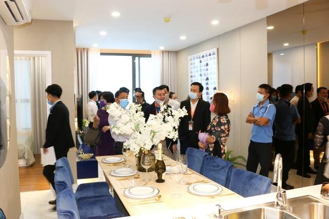 Nhà mẫu d'Lusso đón hàng trăm khách tham quan, tín hiệu vui cho thị trường căn hộ - Ảnh 1.