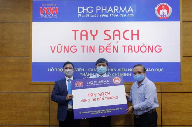 TP.HCM: Giáo viên tiểu học được DHG Pharma tài trợ gel rửa tay phòng dịch - Ảnh 1.