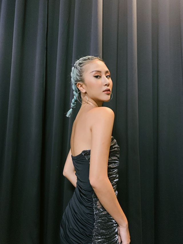 Đầu tư khủng không kém gì váy áo chính là kiểu tóc của dàn mỹ nhân Việt: Tẩy, uốn, vuốt keo, đính phụ kiện đều đủ cả - ảnh 2