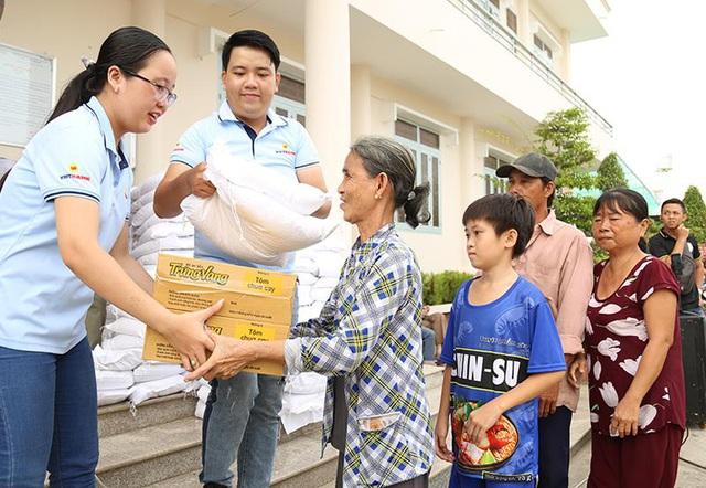 100 tấn gạo từ Vietbank được trao tặng đến các gia đình gặp khó khăn - Ảnh 1.