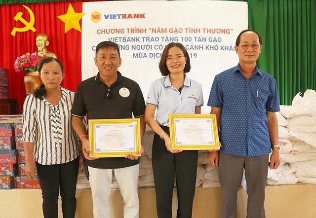 100 tấn gạo từ Vietbank được trao tặng đến các gia đình gặp khó khăn - Ảnh 2.