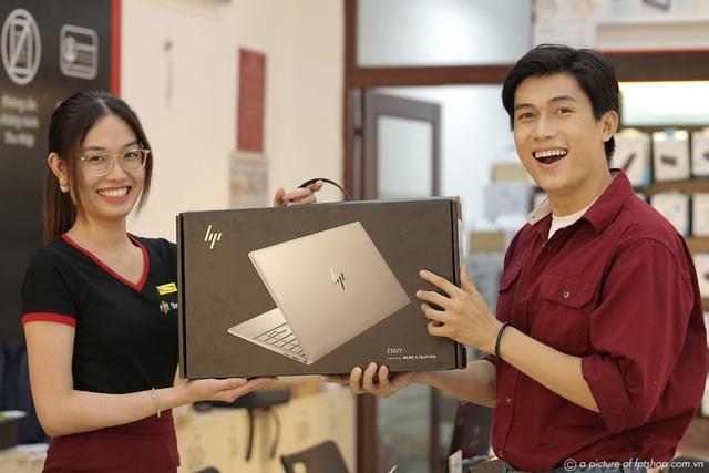 Khách hàng được trả góp 0% lãi suất khi mua laptop tại FPT Shop - Ảnh 1.