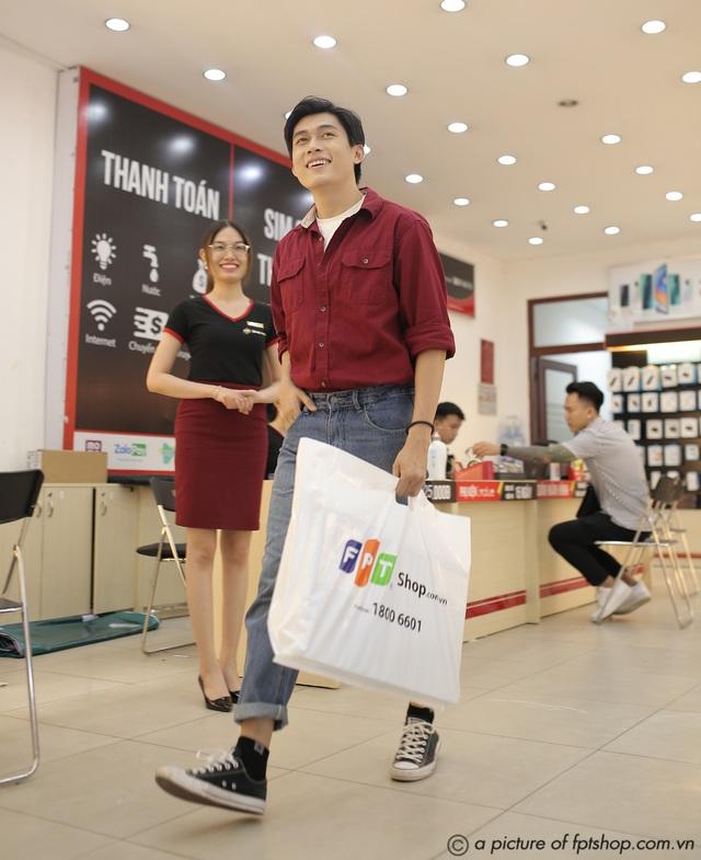 Khách hàng được trả góp 0% lãi suất khi mua laptop tại FPT Shop - Ảnh 2.