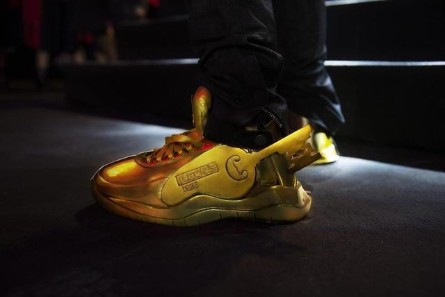 """Điểm qua top facts về đôi giày vàng nguyên khối - item chiếm """"spotlight"""" trong MV Binz - ảnh 3"""