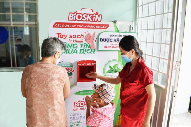 Dược Hậu Giang tài trợ gel rửa tay, máy rửa tay kháng khuẩn tự động giúp người dân phòng dịch hiệu quả - Ảnh 3.