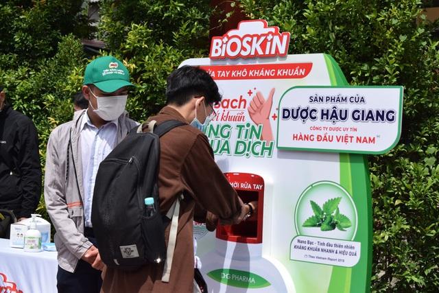 Dược Hậu Giang tài trợ gel rửa tay, máy rửa tay kháng khuẩn tự động giúp người dân phòng dịch hiệu quả - Ảnh 1.