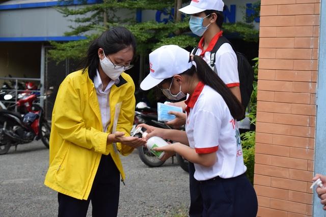 Dược Hậu Giang tài trợ gel rửa tay, máy rửa tay kháng khuẩn tự động giúp người dân phòng dịch hiệu quả - Ảnh 2.