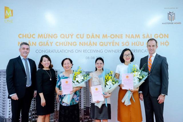 Masterise Homes chính thức bàn giao sổ hồng cho cư dân Masteri An Phú & M-One Nam Sài Gòn - Ảnh 2.