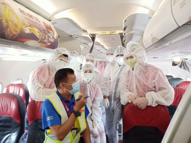 Mỗi ngày một chuyến bay cứu trợ, Vietjet đưa gần 2.000 đồng bào về nước - Ảnh 1.