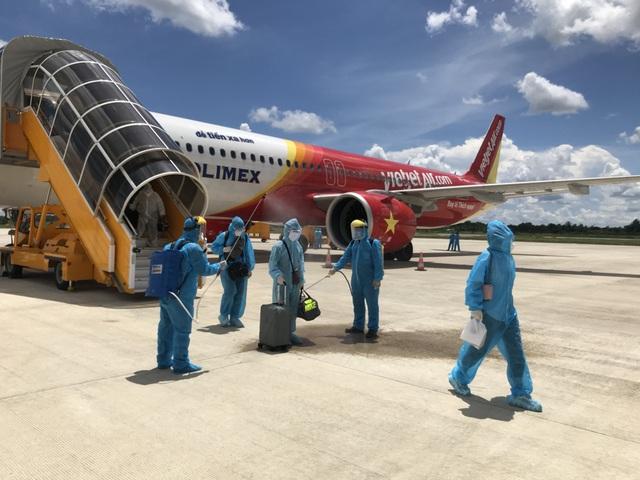 Mỗi ngày một chuyến bay cứu trợ, Vietjet đưa gần 2.000 đồng bào về nước - Ảnh 3.