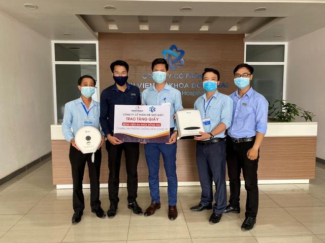 Trao tặng hơn 3 tỷ đồng các sản phẩm giấy vệ sinh, giấy đa năng cho bệnh viện - Ảnh 1.