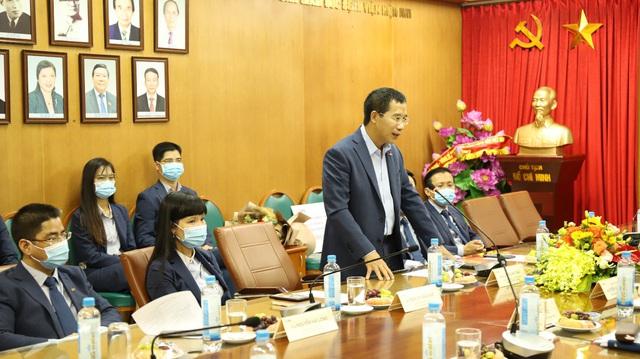 Trao tặng 2 xe cứu thương do MB tài trợ cho Bệnh viện Bạch Mai - Ảnh 1.