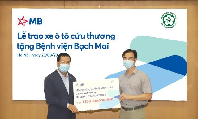 Trao tặng 2 xe cứu thương do MB tài trợ cho Bệnh viện Bạch Mai - Ảnh 2.