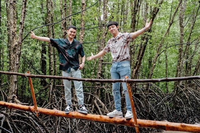Quang Vinh cùng Duy Luân phóng cano xuyên rừng đước, vượt cầu khỉ chông chênh nơi đất mũi - Ảnh 2.