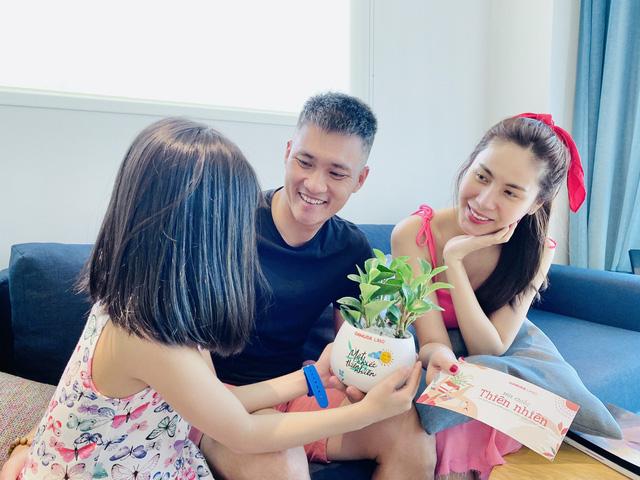 Cộng đồng mạng thích thú với món quà siêu cute Thủy Tiên - Công Vinh tặng bé Bánh Gạo