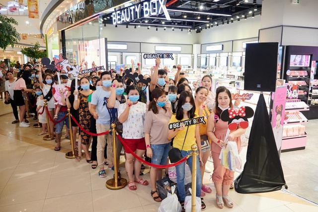 Hội nghiện makeup chen chúc đông nghẹt để tận tay rinh về bộ mỹ phẩm đáng yêu của M.O.I Cosmetics bắt tay với Disney - ảnh 1