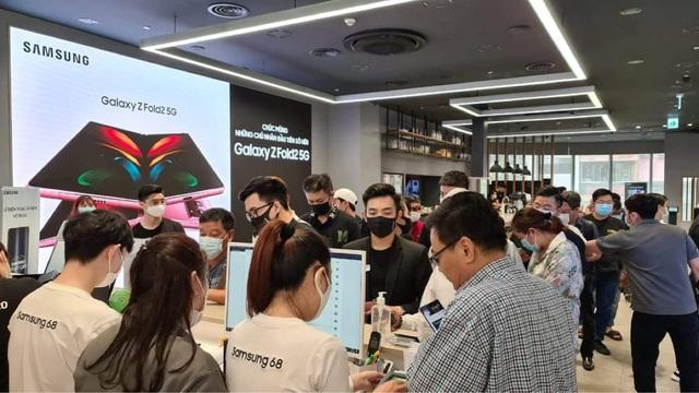 Giá siêu sang, Galaxy Z Fold2 vẫn bán siêu chạy ở Việt Nam trong 15 ngày: Hết veo 1000 máy - Ảnh 2.