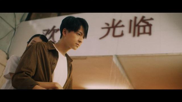"""Tình Kiếm 3D xuất hiện cùng dàn sao đình đám trong MV """"Chẳng Thể Giữ Lấy, Chẳng Đành Buông Tay"""" - Ngô Kiến Huy - Ảnh 8."""