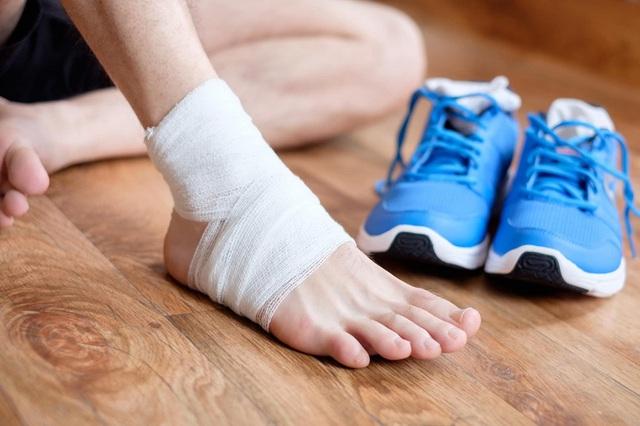 5 loại chấn thương đá bóng thường gặp trên sân cỏ và cách điều trị - Ảnh 2.