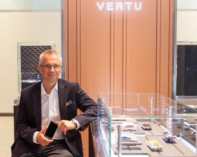 Bạn biết gì về Hutch Hutchison - Cựu giám đốc thiết kế của Vertu? - Ảnh 1.